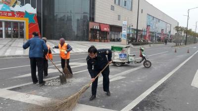 东港交管所快速清理路面抛洒物确保车辆行人安全